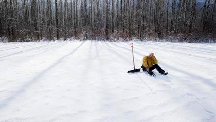Persona limpiando la nieve - 5 Los peligros ocultos de la Salud de Invierno