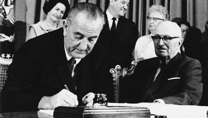 Medicare 47o Aniversario: El presidente Lyndon Johnson firma proyecto de ley de 30 de julio 1965