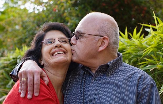 Pareja de hispanos abrazándose - Inscripción Abierta de Medicare ha comenzado