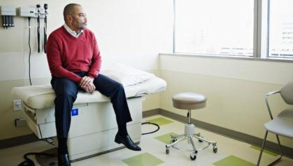 Hombre esperando en un consultorio médico - Cómo hacer frente a la escasez de médicos