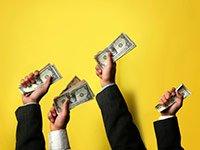 Varias manos con dolares - Se avecinan cambios al medicare, ahorre dinero