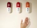 Mujer alcanzado unas píldoras de gran tamaño - Guia de Medicare para principiantes