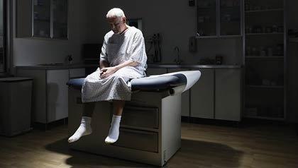Paciente sentado en una camilla - Cómo impacta la Ley de Salud (Obamacare) al Medicare