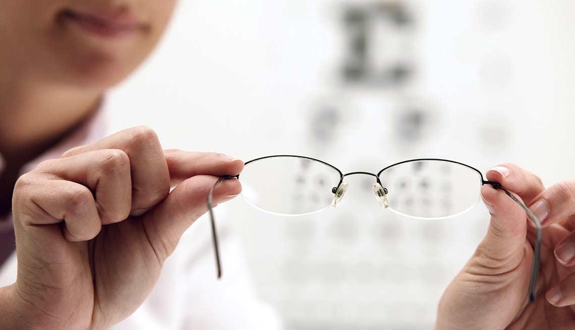 Persona sosteniendo unos lentes