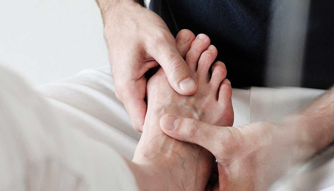 Masajista dando masaje a un pie