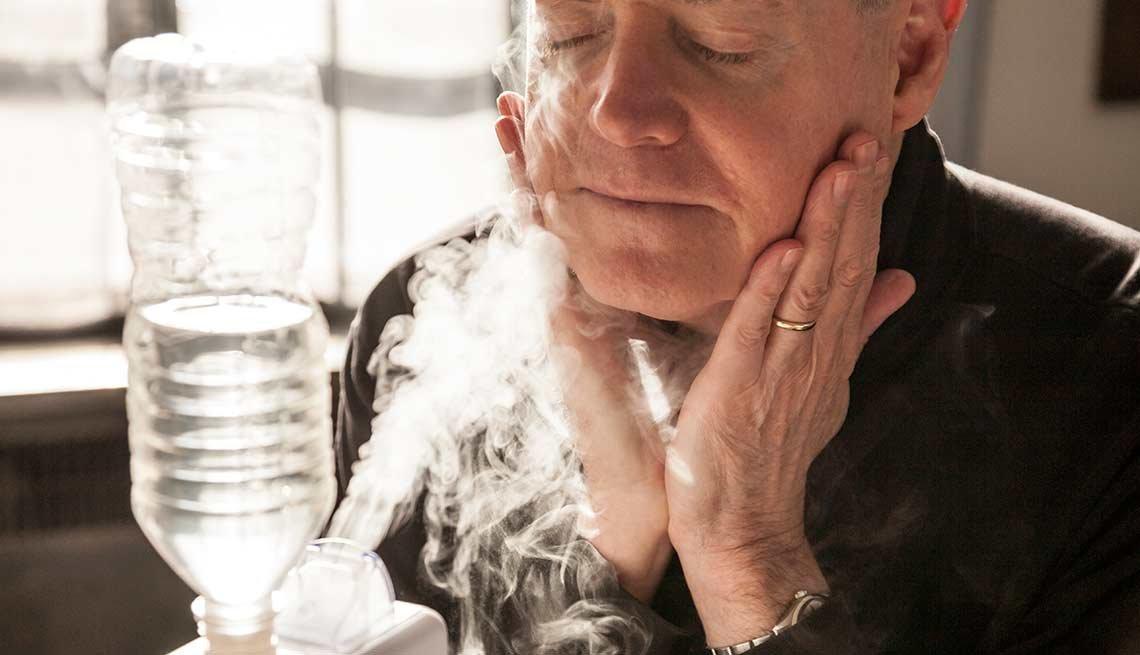 Mujer recibiendo un tratamiento de vapor