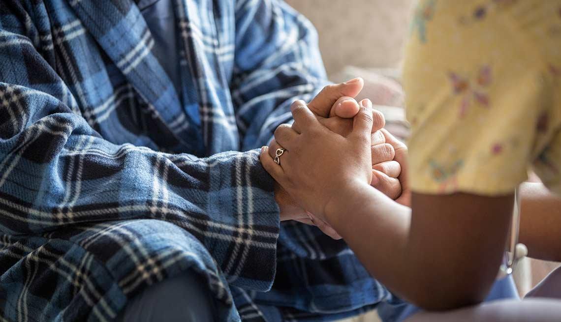 Persona dándole apoyo emocional a otra persona
