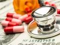 Estetoscopio y medicamentos sobre dinero - Cómo pagar las primas de Medicare