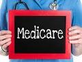 Enfermera mostrando rótulo de Medicare