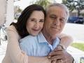 Mujer abrazando a un hombre por la espalda