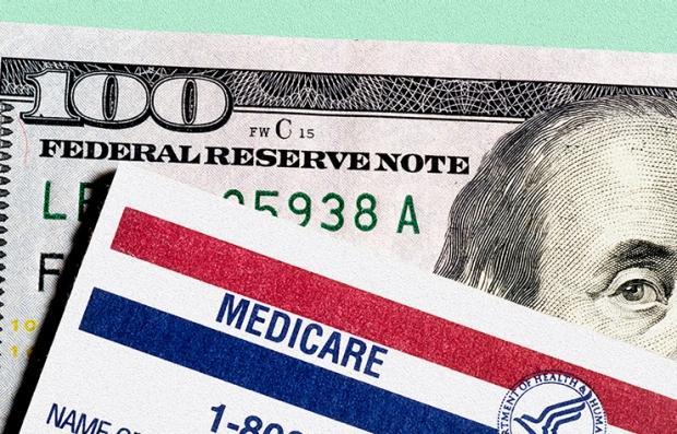 Tarjeta de Medicare sobre un billete de $100