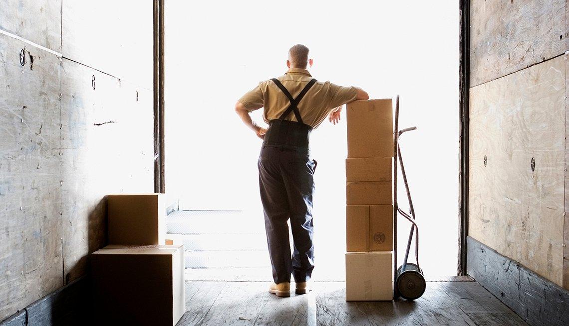 Hombre laborando en un almacén