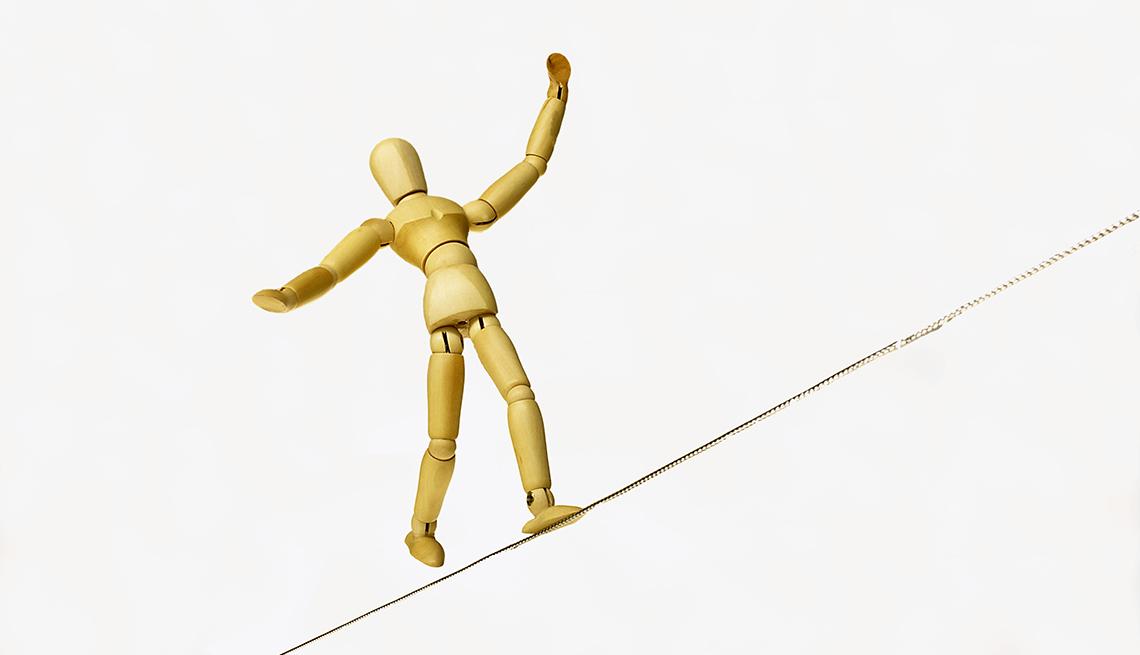 Marioneta mantiene equilibrio sobre una cuerda floja.