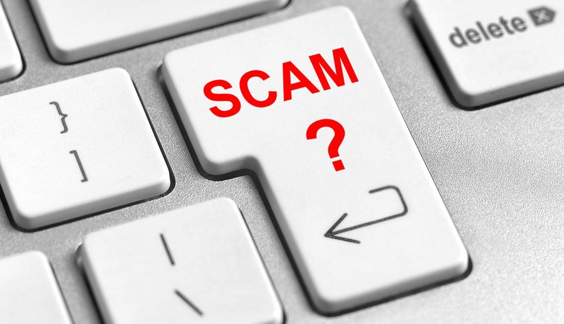 Teclado de computadora con la palabra 'scam' en una de sus teclas