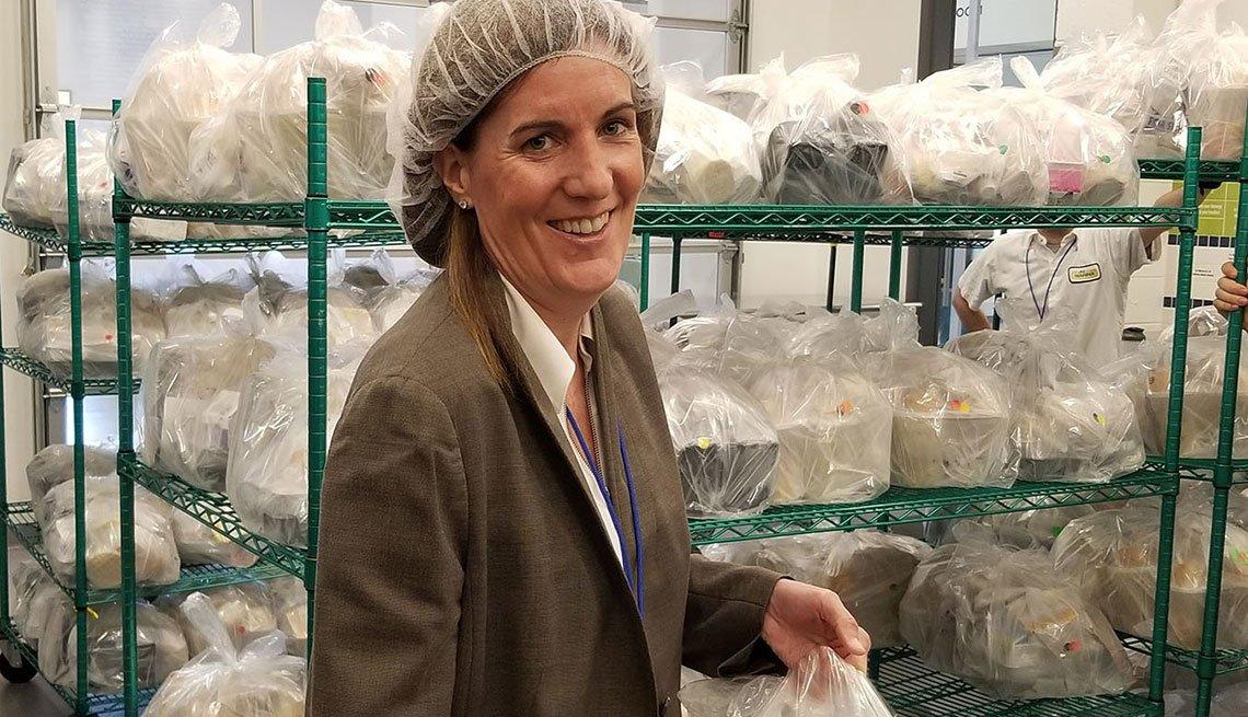 Sue Daugherty, CEO de MANNA, sostiene una de las comidas médicamente preparadas en la cocina de Philadelphia.