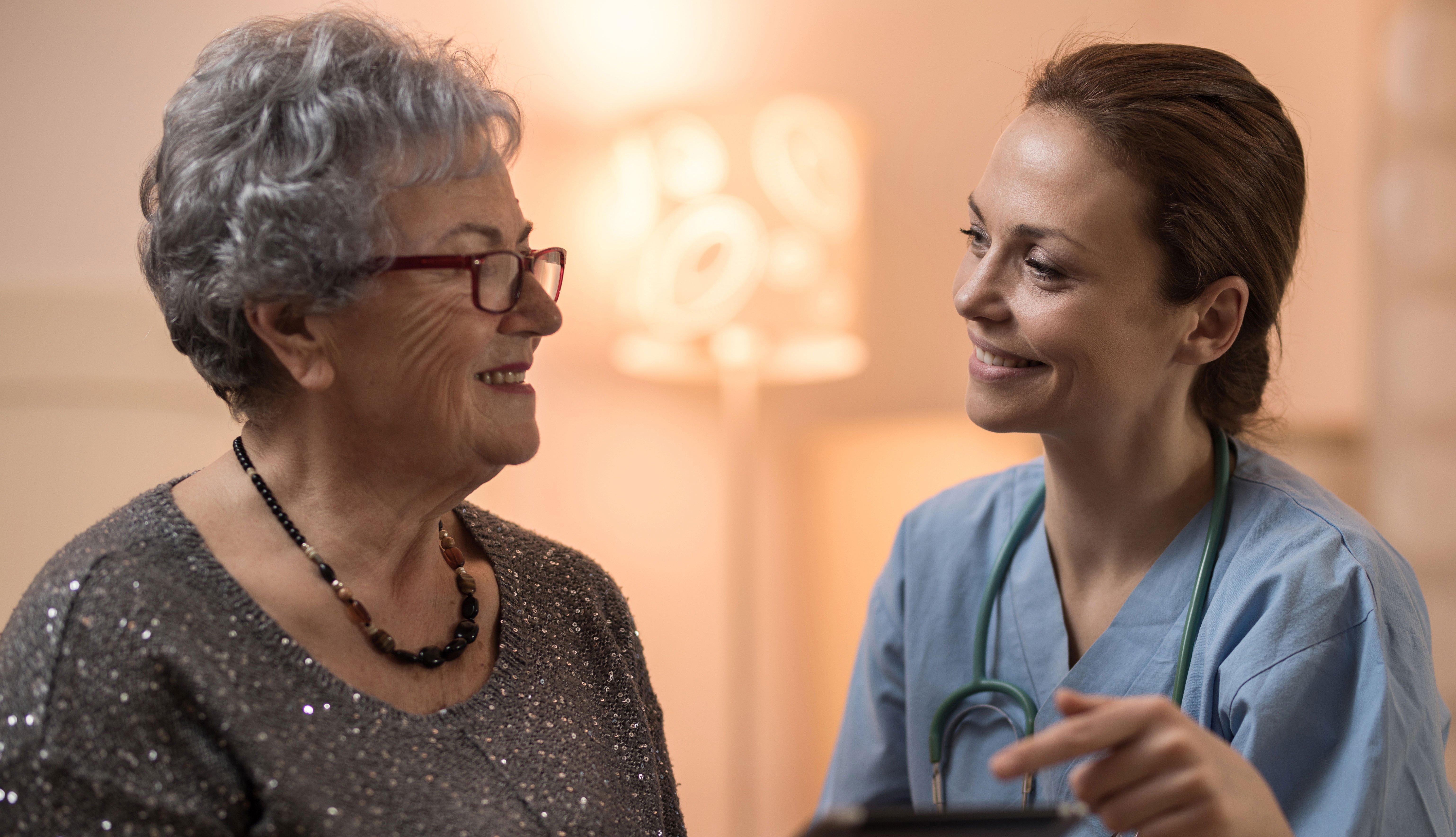 Mujer conversando con un experto en salud