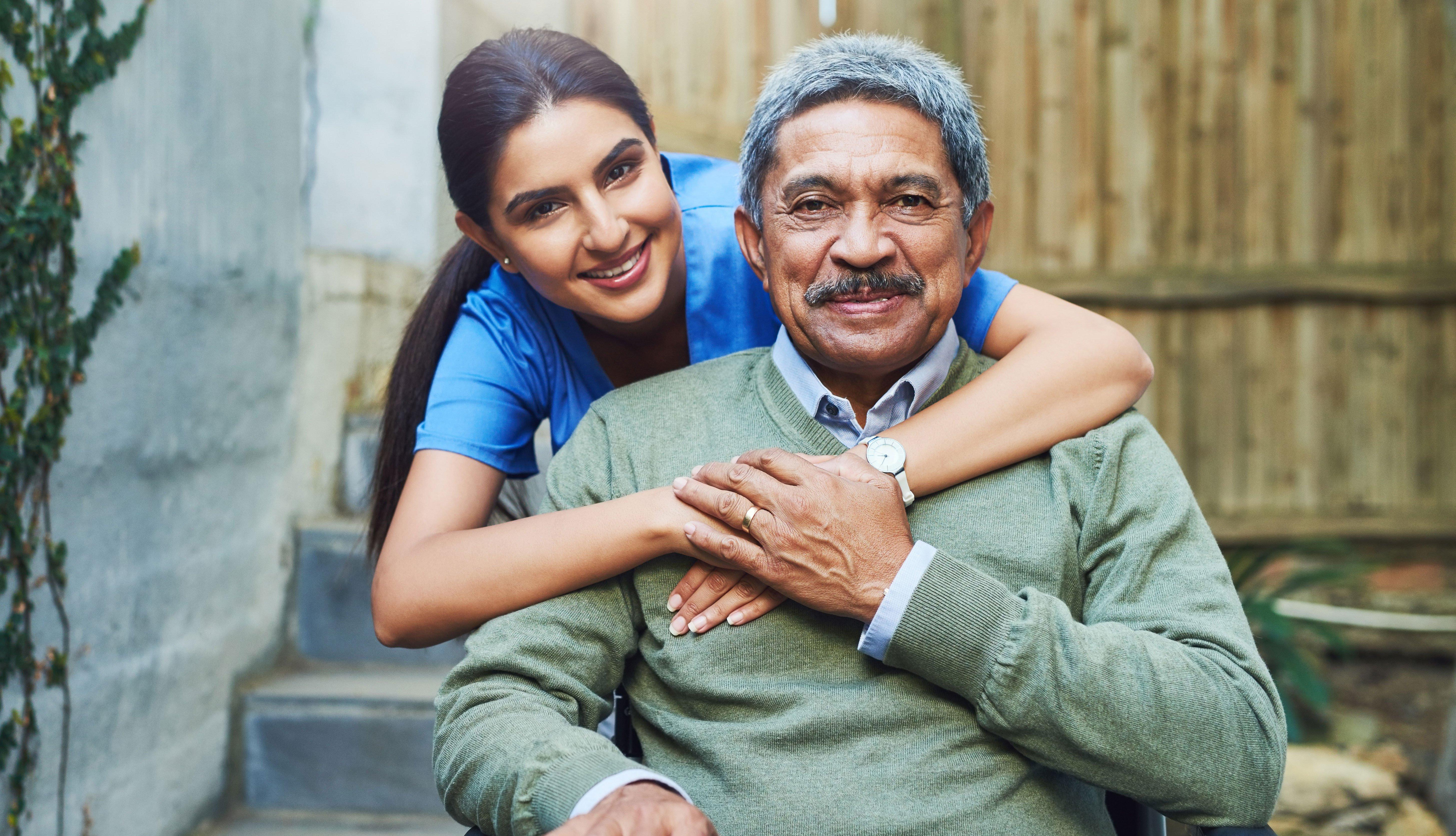Mujer abrazando a un hombre sentado
