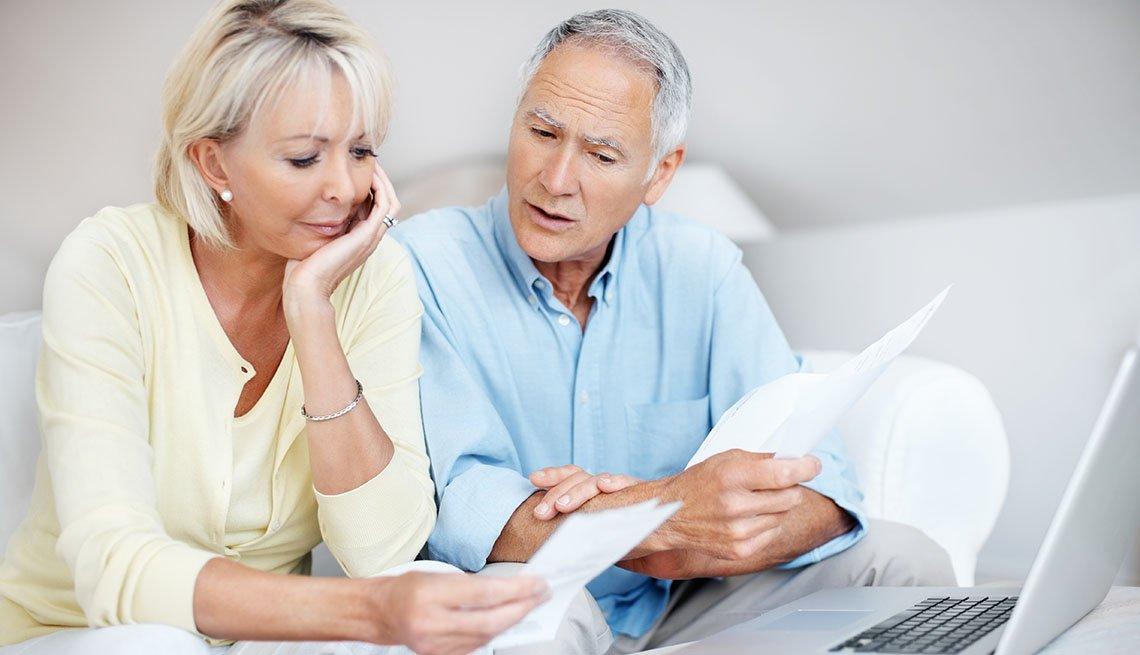 Una pareja conversa sobre finanzas