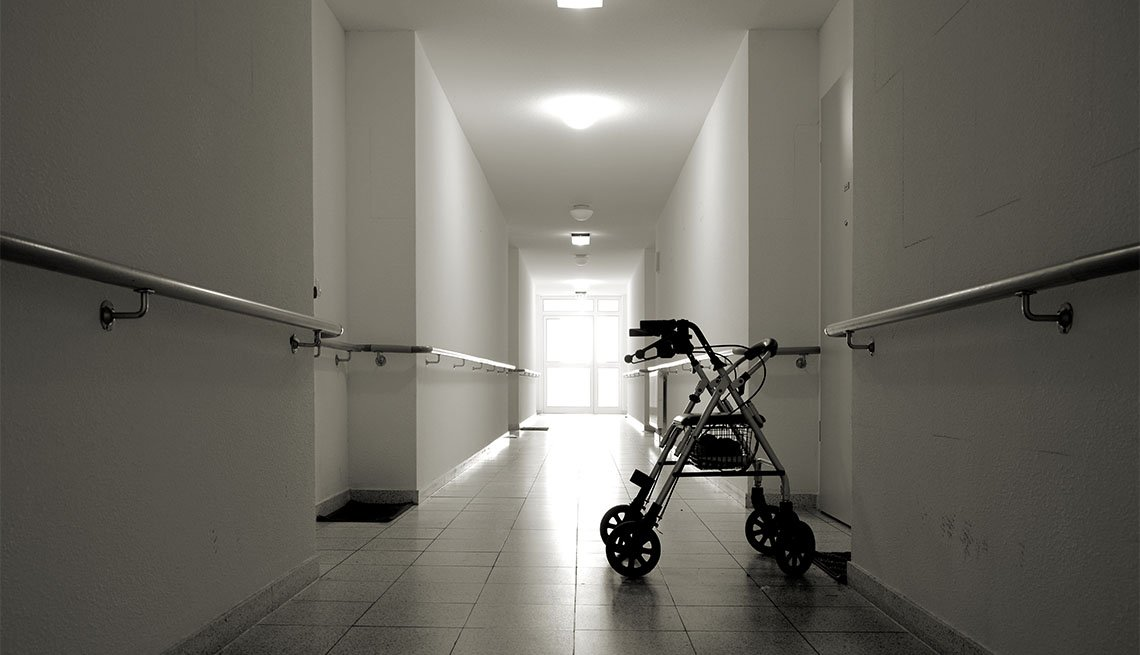 Andador a mitad de un pasillo largo