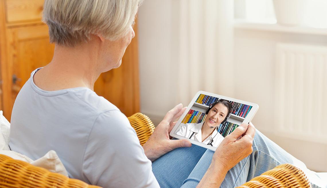 Una mujer consulta a su médico desde su tableta