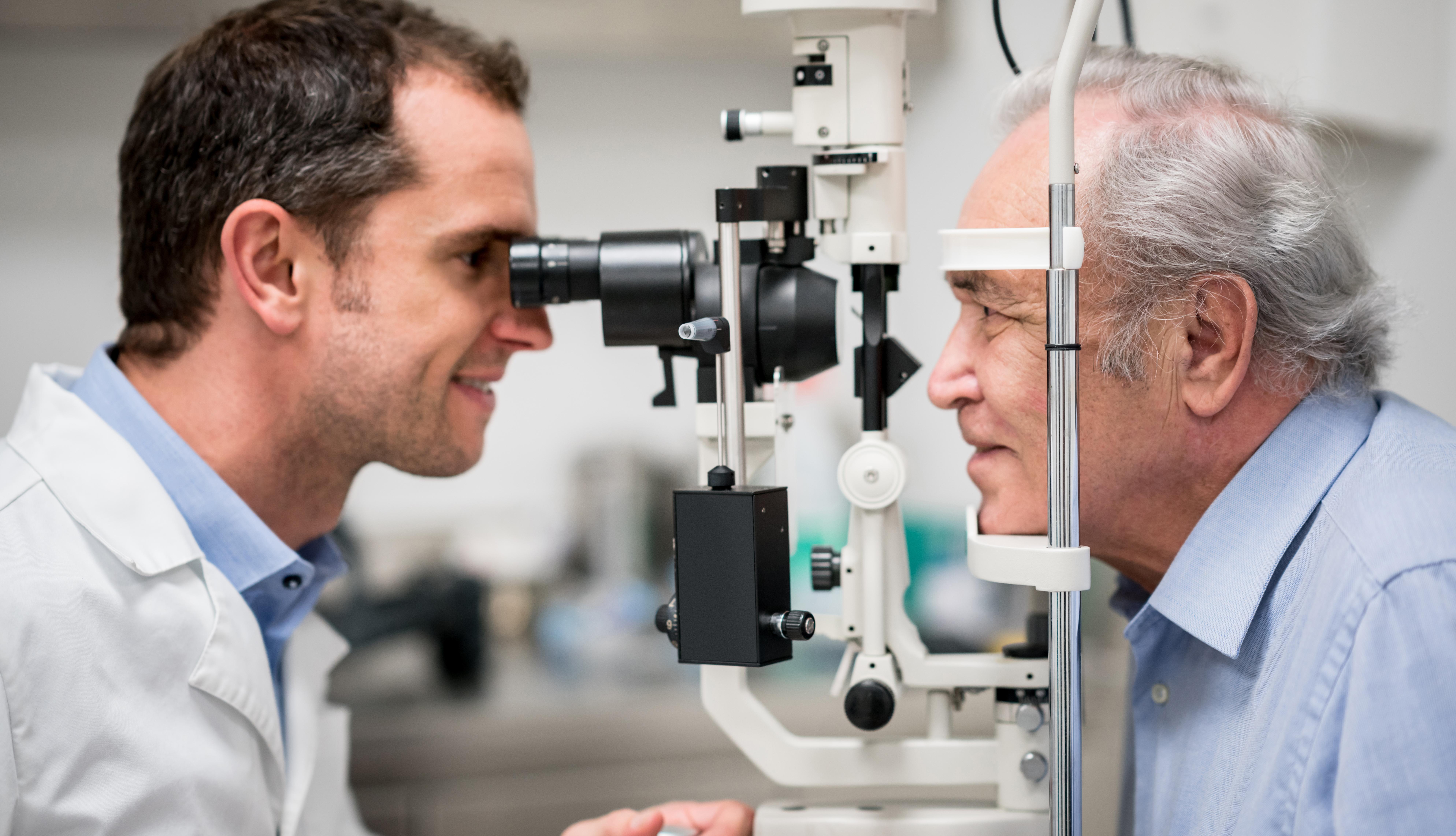 Un hombre visita a su oftalmólogo