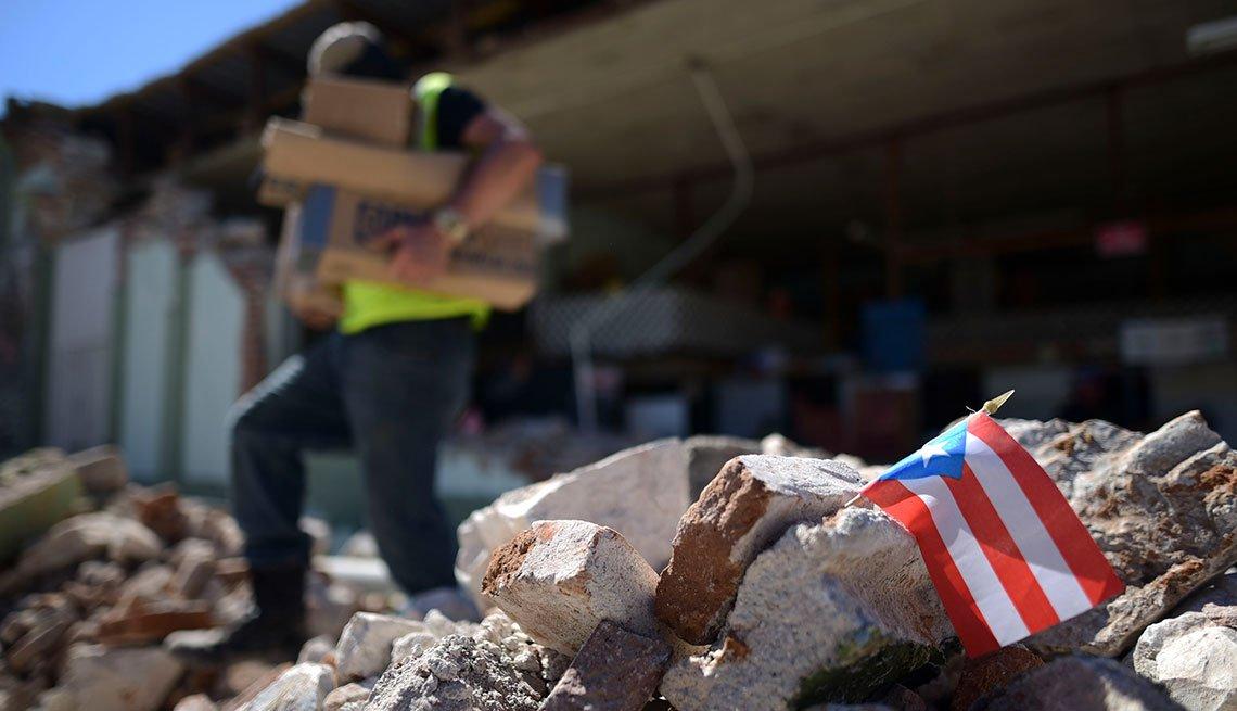 Hombre camina sobre escombros luego del terremoto en Puerto Rico