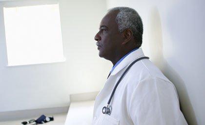 Doctor en su consultorio