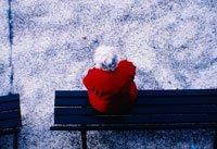 Mujer mayor sola en una banca del parque - lo que usted necesita saber sobre el seguro de salud a largo plazo