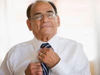 Un hombre arreglándose la corbata