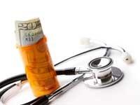 Dinero, frasco de pastillas, estetoscopio - Cuánto cuesta un plan de salud para personas mayores de 50 años - Seguro médico