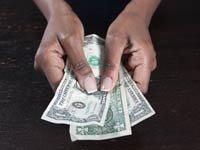 Mujer con el dinero en sus manos - Cómo los sobrevivientes de violencia doméstica loran su independencia económica