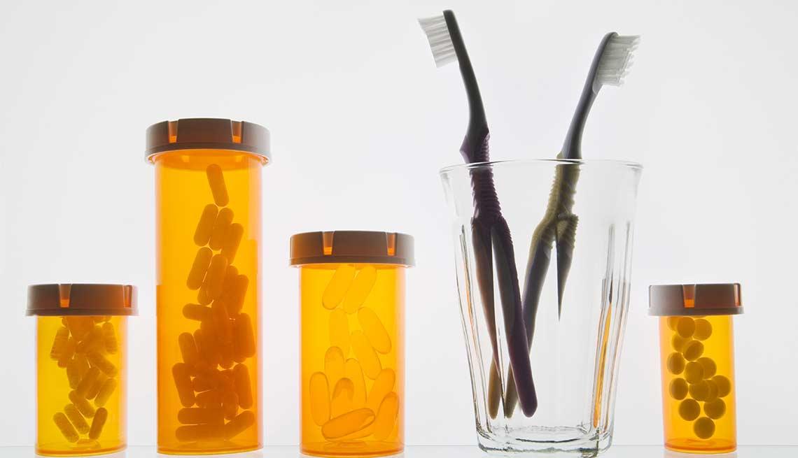 Frascos de medicamentos y cepillos de diente