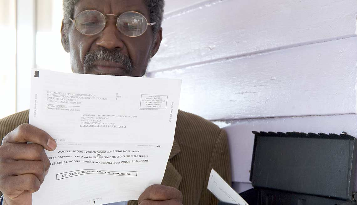 Hombre leyendo un documento importante