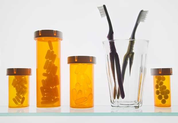 Varios frascos de medicamentos y un par de cepillos de dientes - Guía de Medicare Parte A, B, C y D
