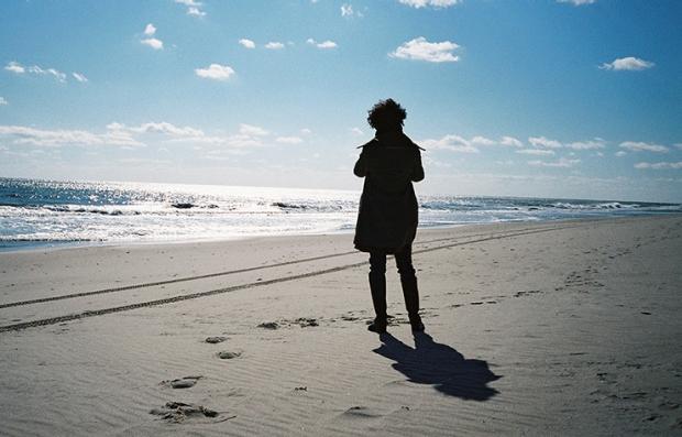 Mujer caminando por la playa