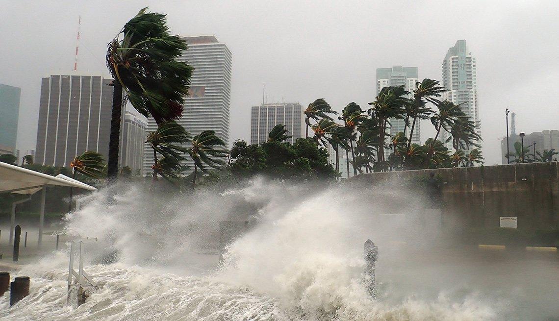 Tormenta azotando una la ciudad de Miami