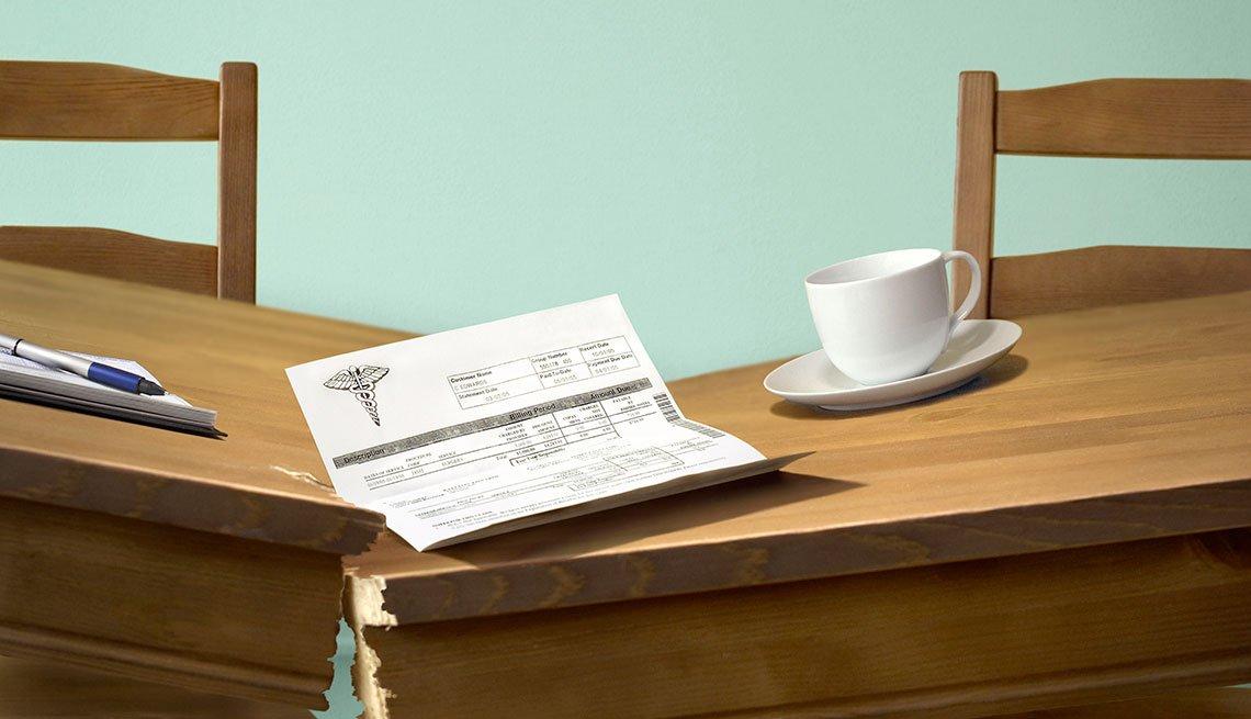 Mesa rompiéndose a la mitad y sobre ella una libreta, una receta y una taza