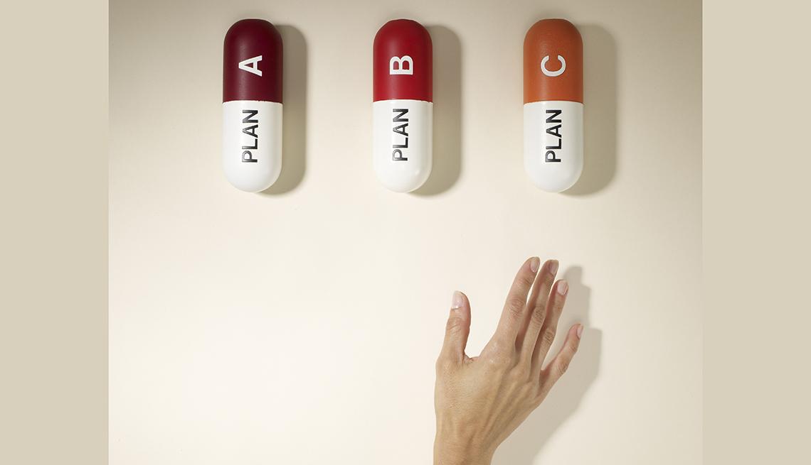 Mujer alcanza con su mano unas píldoras.