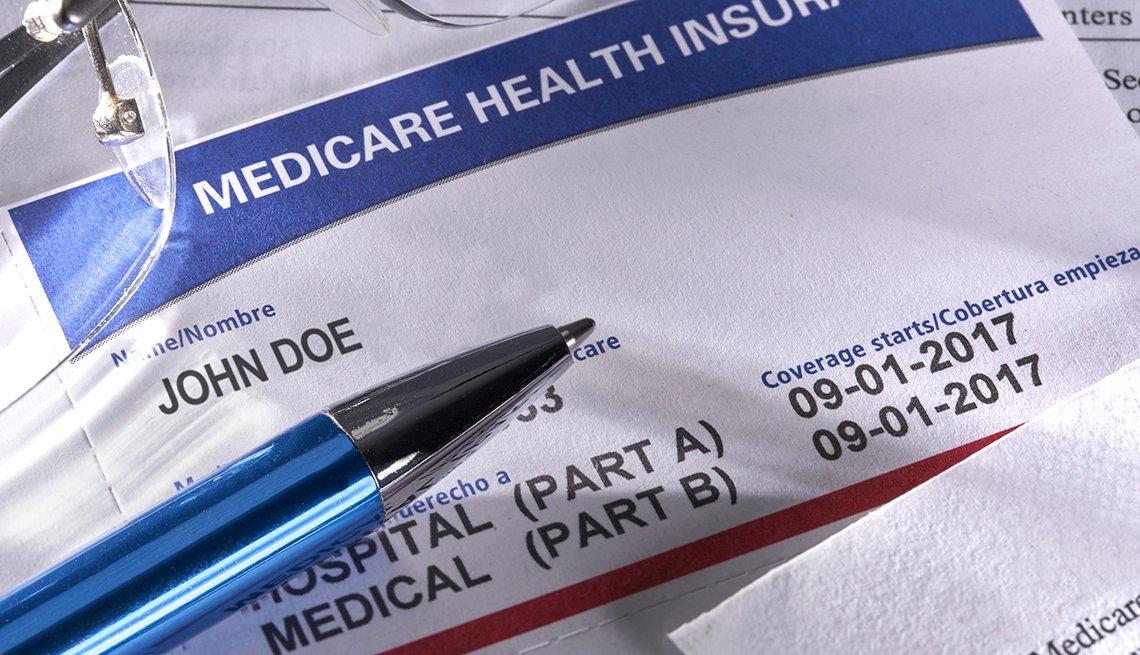 Tarjeta de Medicare y un bolígrafo