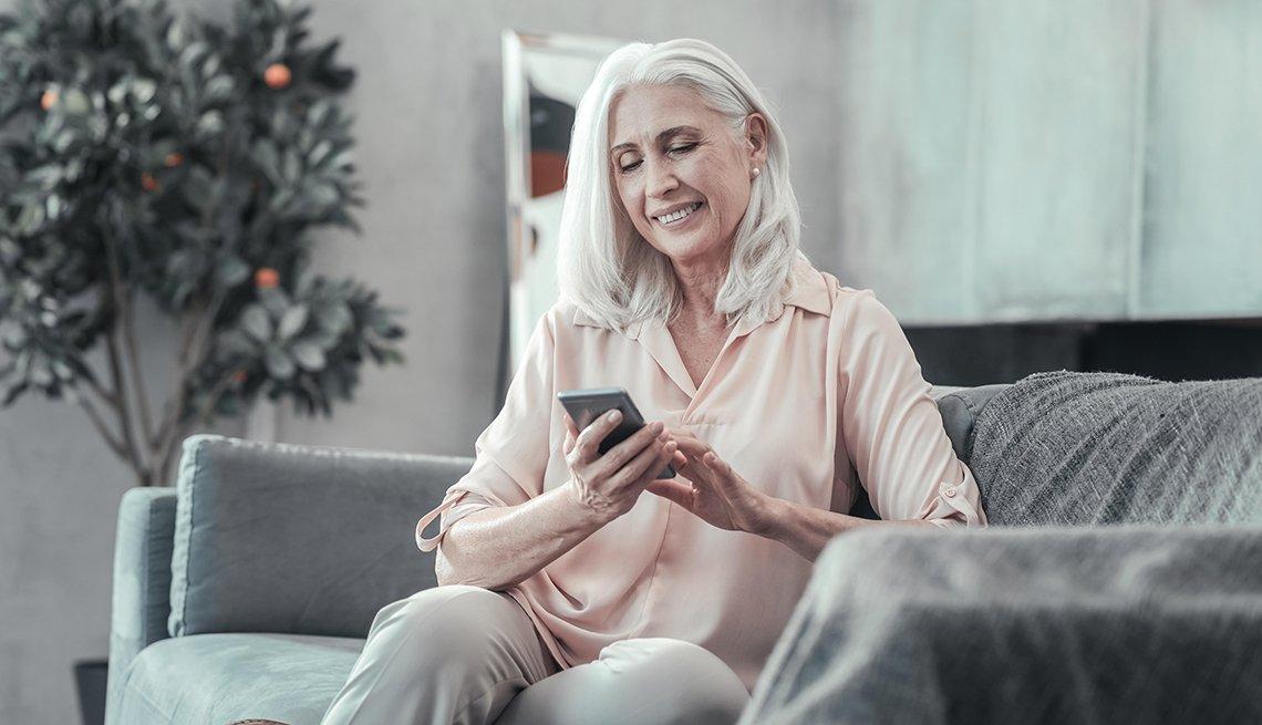 Mujer mayor mirando su telefono
