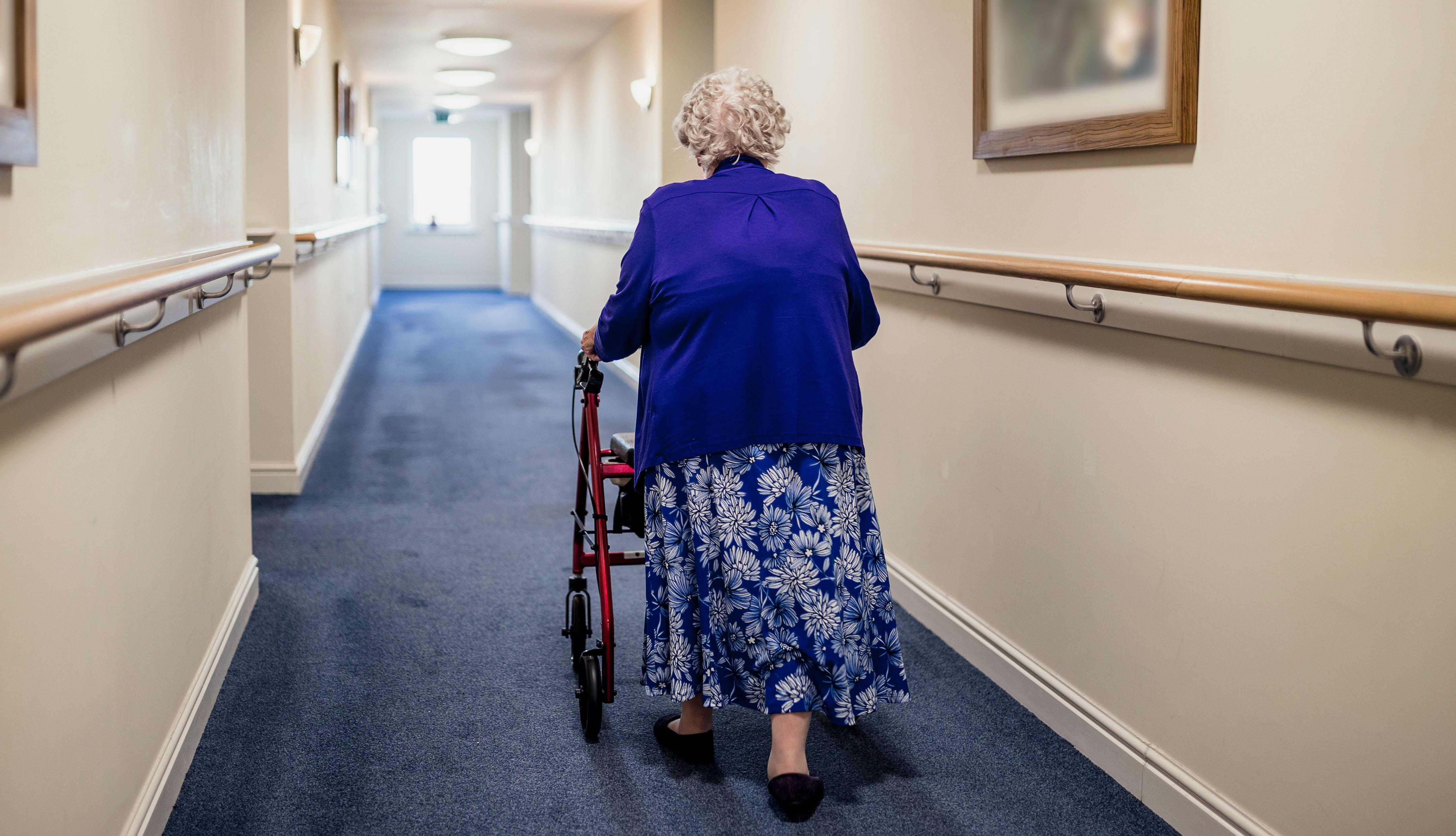 Mujer mayor camina con un andador