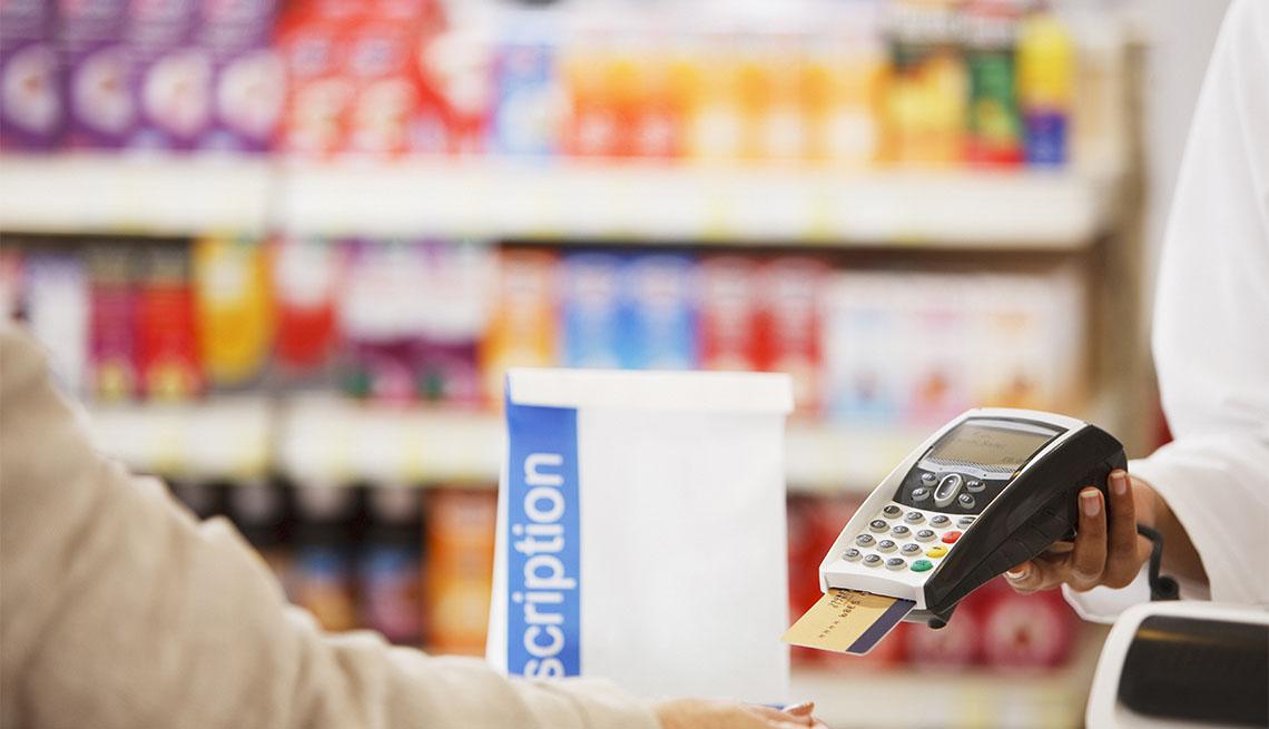 Persona comprando sus medicamentos en una farmacia