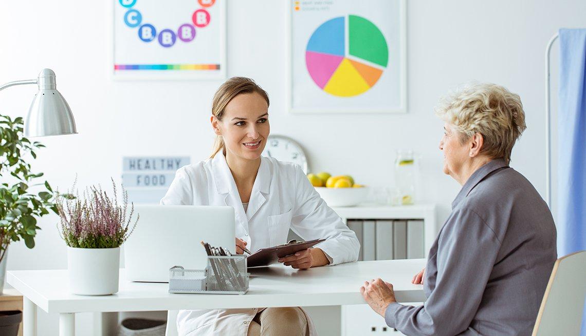 Una mujer consulta a un especialista en nutrición