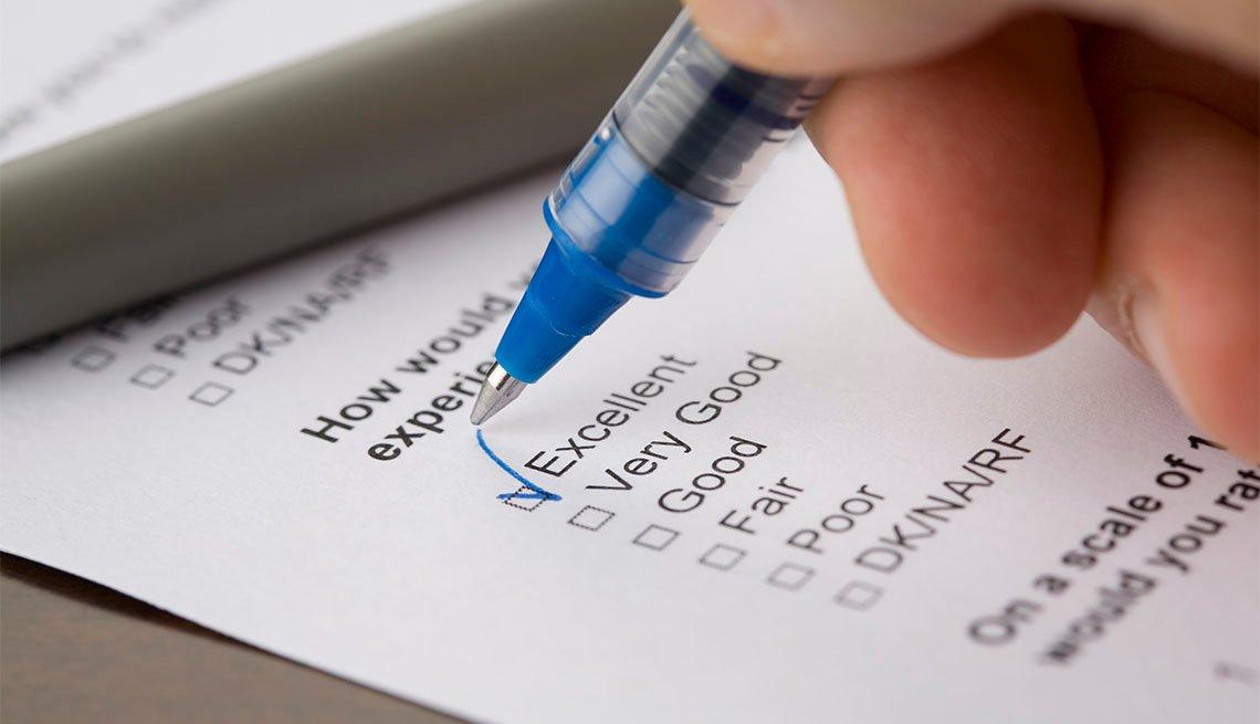 Una persona llena un formulario