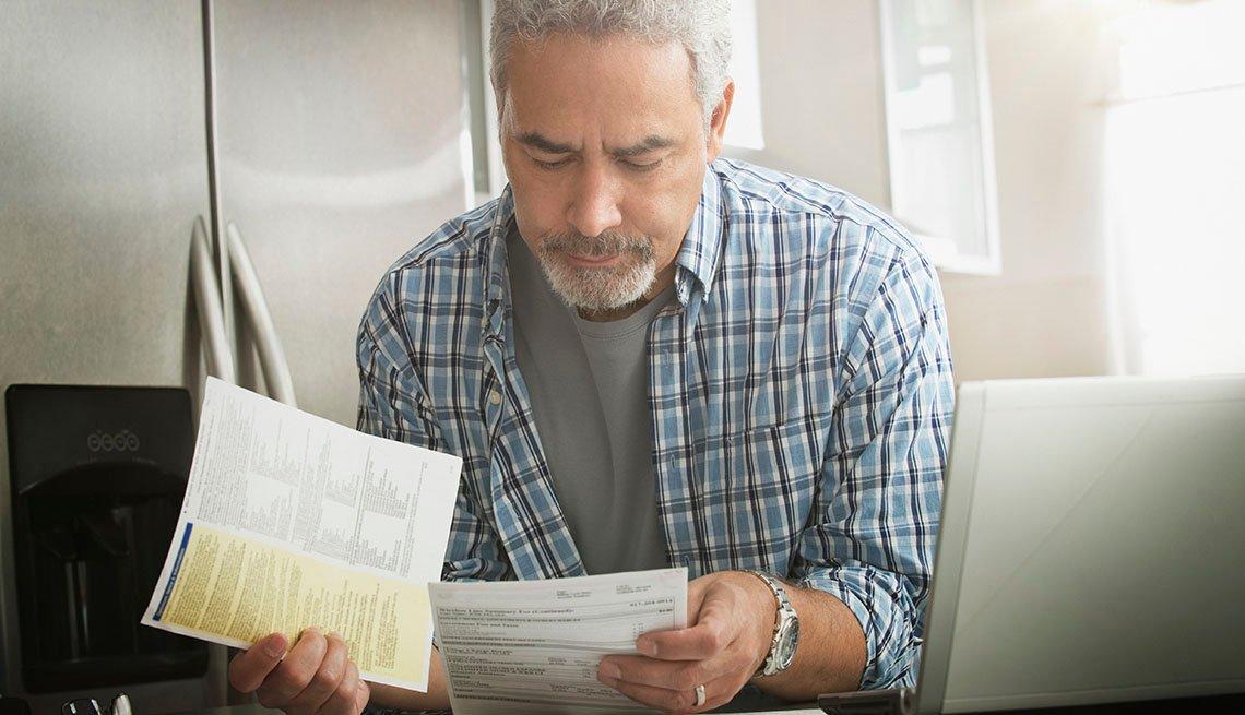 Un hombre mira unas facturas