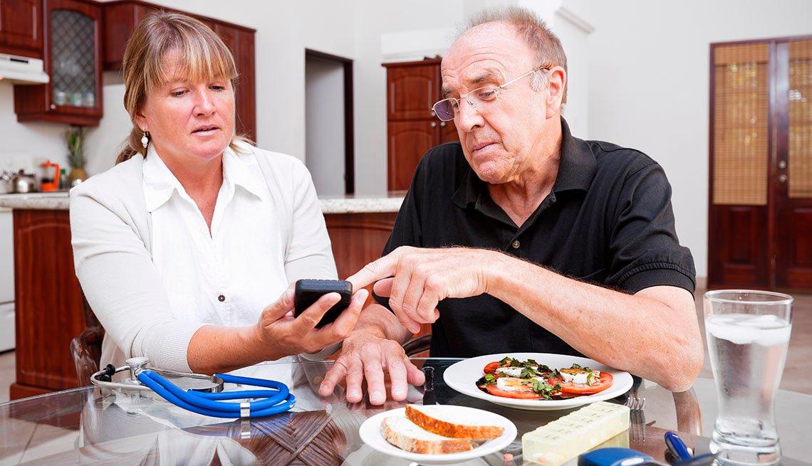 Una enfermera ayuda a un paciente a tomar mejores decisiones nutritivas