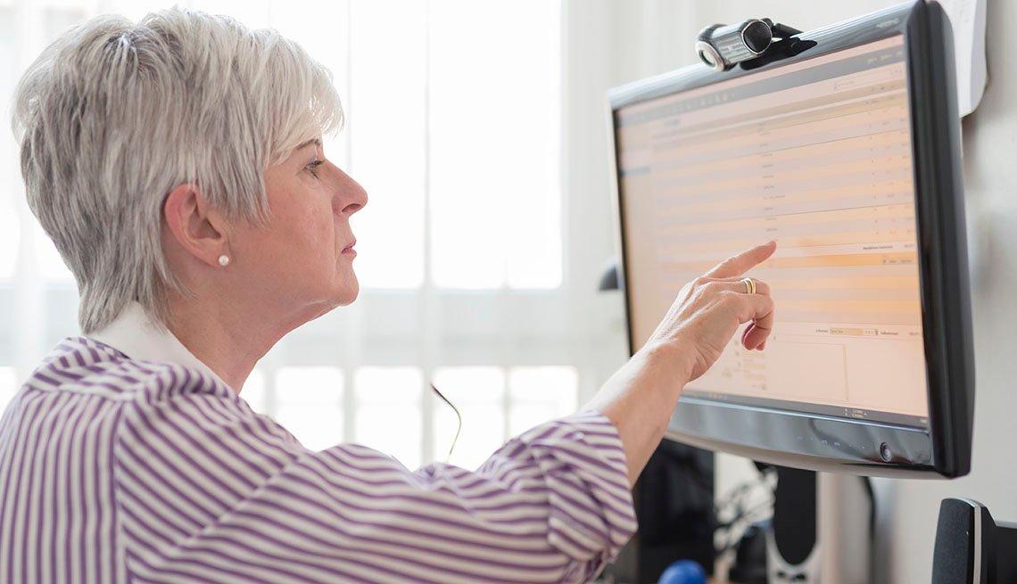Mujer señala al monitor de su computadora