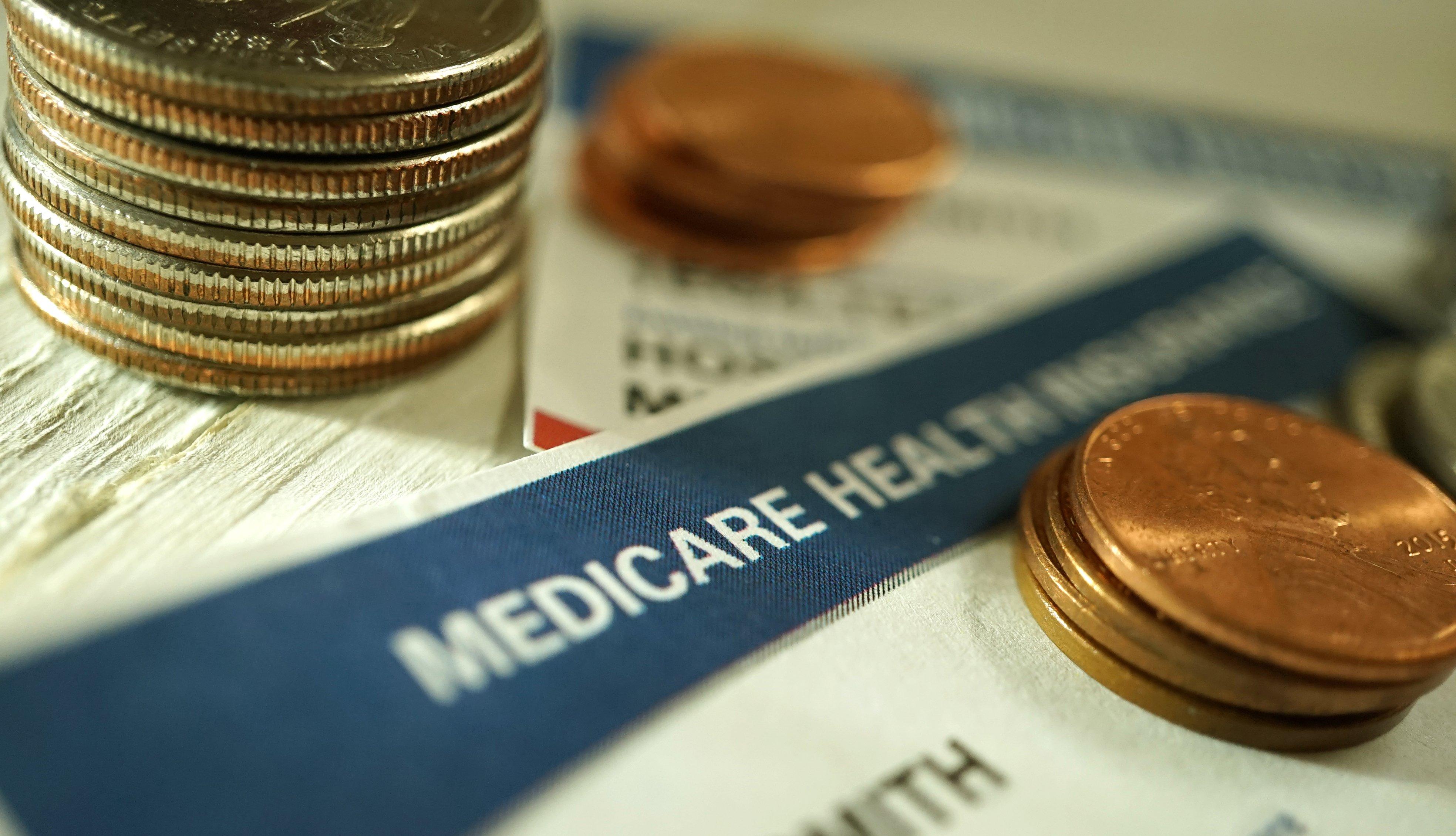 Monedas sobre un tarjeta de Medicare
