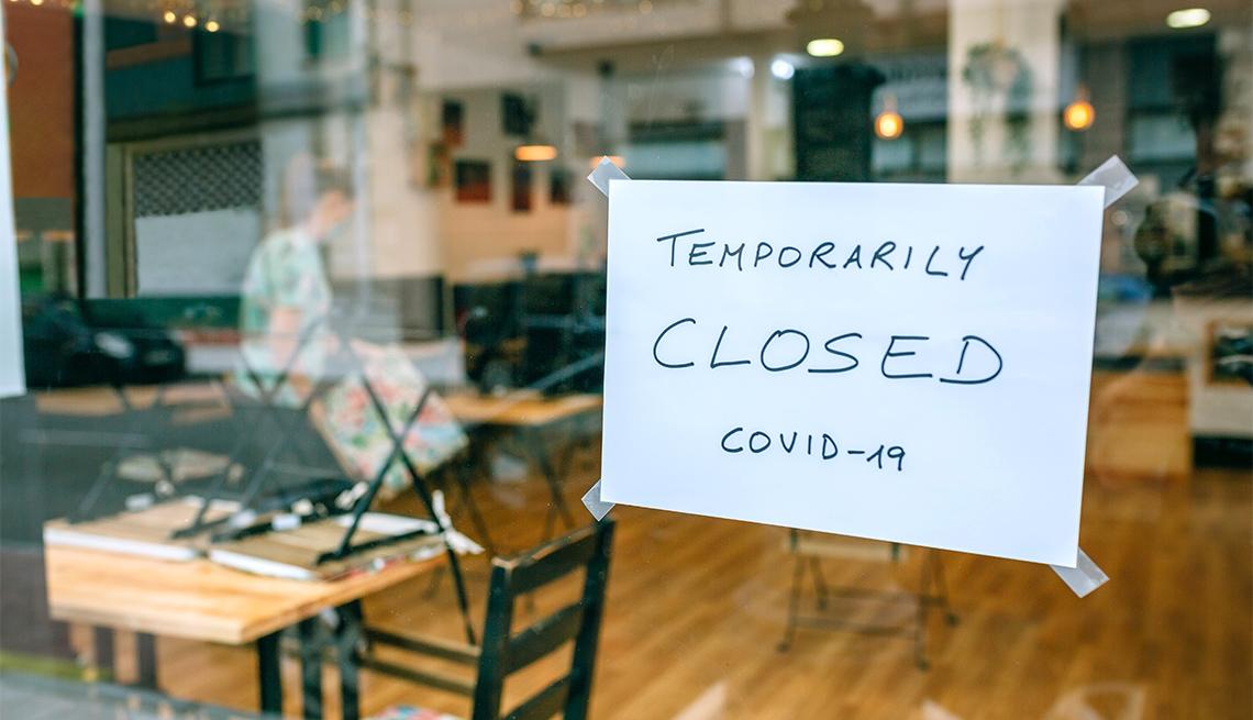 Letrero anuncia en inglés que la cafetería está cerrada por Covid-19