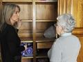 Ayudar a la mujer mayor con las tareas en el hogar